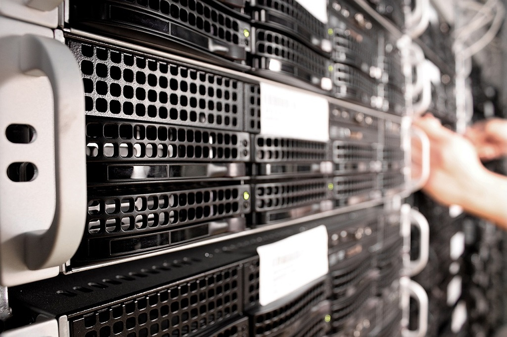 Web hosting server that hosts several virtual servers