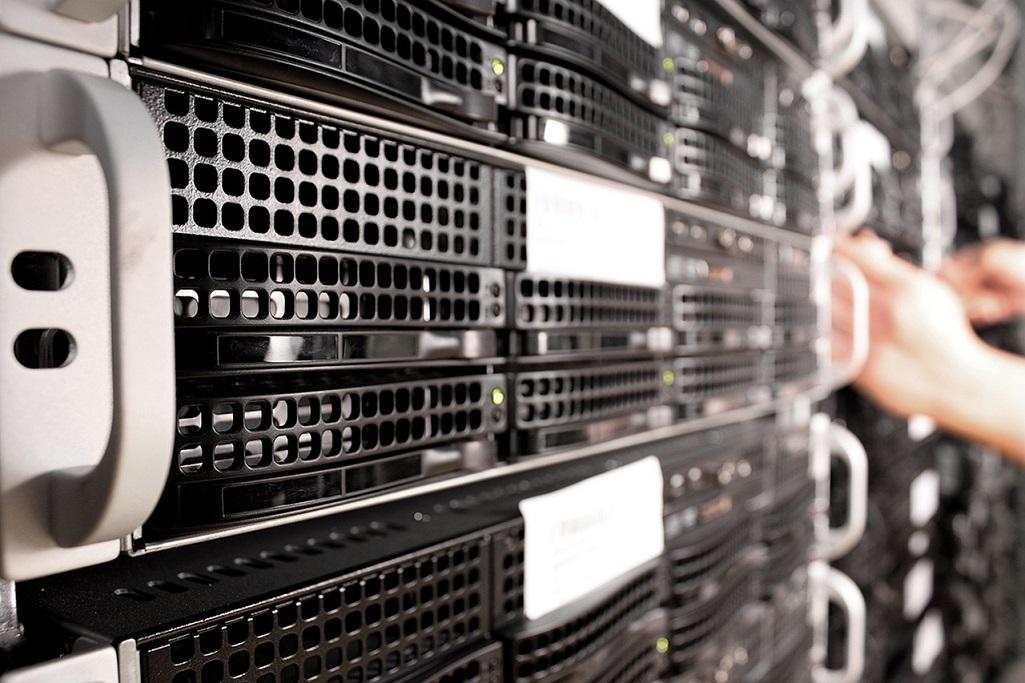 Web hosting server that hosts several virtual servers